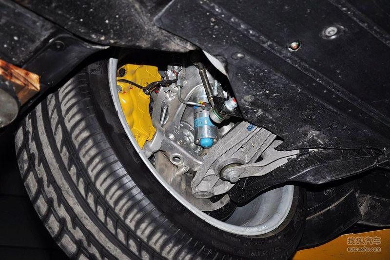 著名保时捷改装商RUF于2007年正式发布了这款CTR3超级跑车,该车在巴林的新工厂进行生产。RUF CTR3并非基于保时捷Cayman,而是自行研制的全新车身。该车身使用三种不同材料,分别是高强度钢材、铝合金和碳纤维。结实的A柱和鸟笼式框架结构不仅增强了车身的扭转刚度还提供了优异的翻滚保护效果。之前CTR3被大家误解为与Cayman共用底盘,也许是因为采用中置发动机后轮驱动布局和Cayman尾灯的缘故。CTR3搭载一台3.