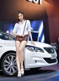 优雅车模白衣短发气质佳 白皙长腿身材好