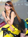 大胸勾魂酷爱黄色 机车上的寻欢女郎