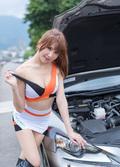 大胸美女半路坏车 靠美色轻松找来帮手
