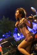机车少女穿T裤深夜上街 性感网衣尺度大胆