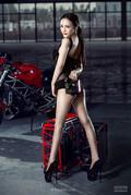 性感女神大秀美腿 黑纱内衣裹不住完美曲线
