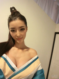 李颖芝新造型酷似白发魔女 戴防毒罩代言雷人