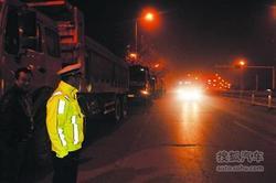 夜查两小时逮住14辆大货 交警检查四类车