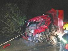 新乡两天三起车祸司机被困车内 顺利救出