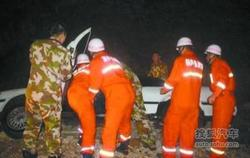 葫芦岛:车辆翻进排水沟 男子头部被卡住