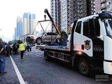 西安一轿车超速行驶发交通事故 五车受损