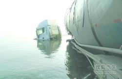 葫芦岛:油罐车冲进海滩 涨潮时成为水车