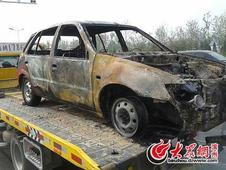 滨州一吉利车当街自燃 车体被毁仅剩骨架