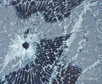 小偷瞄上车内财物 行窃时用弹弓打车玻璃
