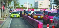 出租车不愿意进专用道 堵塞交通无法通行