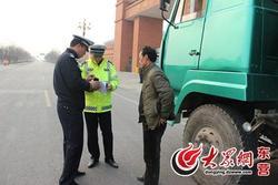 驾照被吊销还敢上路 司机被交警罚款拘留