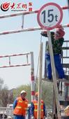 北二路限高栏摇摇欲坠 相关部门开始维修