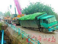 清远28吨大货车强上危桥 路面塌陷险侧翻