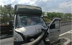 福州两车相撞护栏插入驾驶室 司机左腿受重创