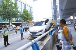郑州交警对沙口路乱停车动真格处罚130起