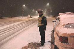 交警全市夜查行动 雪天严查五种交通违法