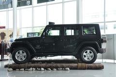 Jeep吉普牧马人四门版3.8L 撒哈拉正侧图片