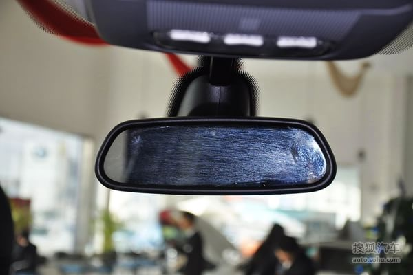 两段开启的尾门在目前在售的城市SUV中也是少见的配置,标致3008显然注意到了消费者的需求。一方面降低了后备箱下沿的高度,另一方面在必要的时候还可以当做一个置物空间。虽然没有像后备箱内隔板一样标出可以承载的质量,但是在测试过程中,承载体重超过80Kg的编辑,丝毫没有问题。