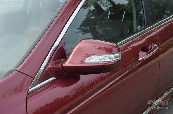 2011款雅阁最大的亮点可谓是其反应灵敏操作方便的电子导航系统,其功能之强大是所有在售车型的传统导航无可比拟的,首先雅阁的中控台采用了全中文按钮,其次它所搭载的导航系统已经可以实现全声控操作,在日常使用中对驾驶的安全性更有保障。导航显示屏的分辨率也从2010款上的480X234提升到800X480,显示效果更加细腻另外导航系统所具有的路线规划功能对路线的选择速度极其迅速,在试驾过程中2011款雅阁的导航系统之强大得到了充分验证。