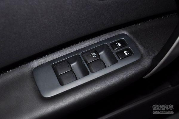 日产逍客的车门内部控制面板
