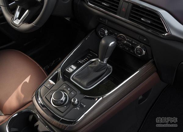 现款马自达CX-9   全新马自达CX-9车身增加了约53磅(24千克)的隔音材料,对车内噪音的缓解有很大帮助。除此之外,CX-9的玻璃厚度也相应增加了4.8mm。根据官方说法,在车辆时速100km/h时,车内静音成都比现款车提升了12%,噪音下降了2dB。