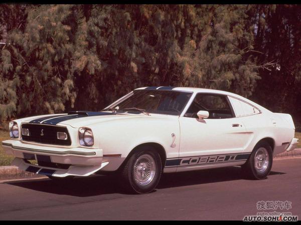 【1977年福特野马Cobra I】 1977年,福特推出了野马 Cobra车型,这款车配备了整套的运动套件,视觉效果更加动感。另外,为了满足敞篷爱好者的需要,掀背车型提供了一个称为T-TOP的可拆卸玻璃车顶,类似现现在保时捷Targa的设计。