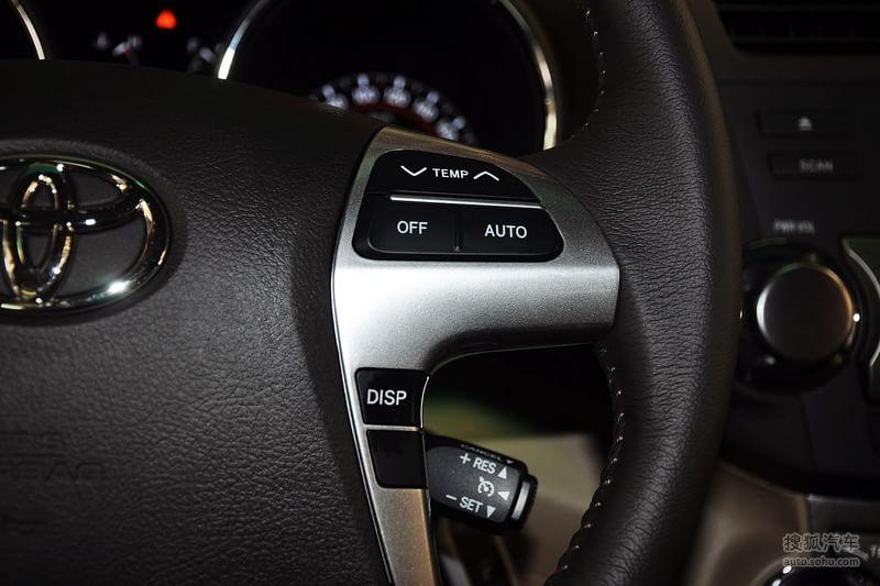 2012年6月6日,广汽丰田正式发布了新汉兰达。新汉兰达共推出2.7L、3.5L两个排量10款车型,厂家建议零售价24.88万元起,从即日起在全国广汽丰田销售店全面接受预定,并于6月9日-10日陆续到店销售。现款汉兰达虽然是一款大型SUV车型,但是其外观设计在彰显霸气和运动感之余,依然透露出丰田式的稳重与圆滑。但是,在新款汉兰达身上,这种风格被打破了。外观方面,新款汉兰达的前脸设计采用了六边形的进气格栅设计,棱角分明。同时,格栅与大灯内侧直接贴合,这一设计上的变化,不仅让进气格栅与大灯更好的融合在一起,同