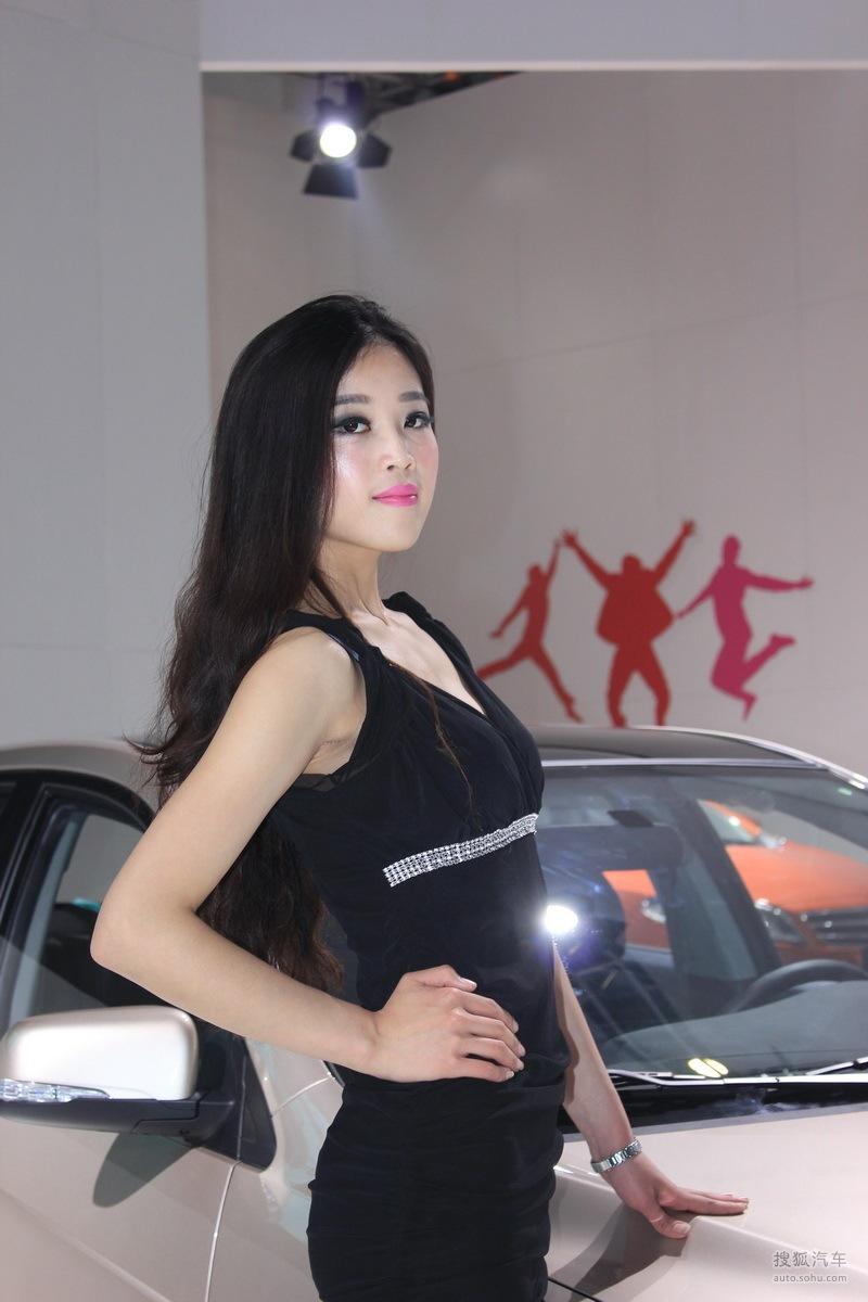2013青岛国际车展车模风采-黑衣车模