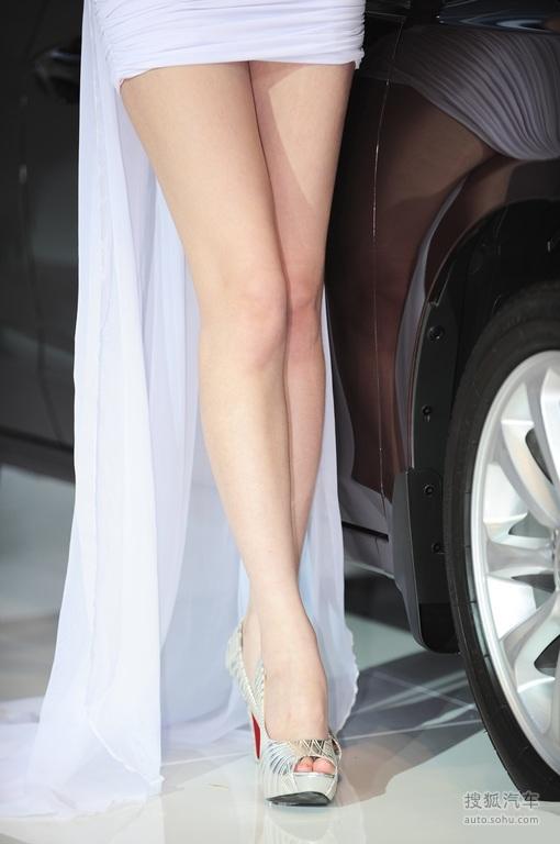 【娇肤长腿车模短裙露底 美腿大搜索 2140503 】 美女车模图 搜狐汽车