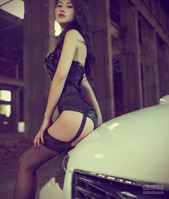 某车模紧穿吊带裤拍照 美女车模
