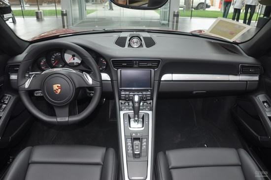保时捷911的仪表盘到挡风玻璃的距离设计得以加长,五环炮筒样式的仪表