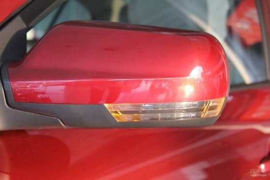 新款奔腾B50全新内饰   新款B50内饰采用了新的设计风格,全新的造型整体效果更加立体化,上深下米的内饰配色十分居家。中控台下部的T型区内是多媒体控制区,两侧则是空调控制区。  全新设计的奔腾B50中控面板 除在设计上更加美观之外 做工和材料也比较不错  门板内侧和中控面板设计一体 变现出更强的立体空间感觉  前排照明灯 后排未配备照明灯  中控台的按钮回馈力度也比较不错 按键设计美观 功能分区明显  中控台左侧还设计了一个小型的储物盒 方便放一些行车资料  水杯架可随物件大小移动  中央扶手前后