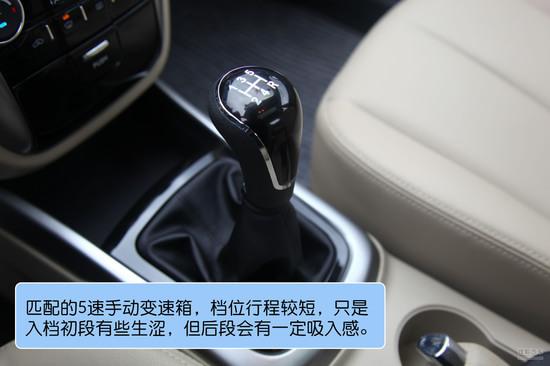 (长安逸动)   长安逸动全系搭载了一台长安自主研发的BLUE CORE 1.6L自然吸气发动机,拥有DVVT进排气可变正时技术,最大功率92kW,峰值扭矩160N.m,除开5速手动变速箱外,还有4速手自一体变速箱可选。除开动力数据不错外,其他方面中规中矩。必须指出的是,长安还为逸动部分手动车型配备了STT怠速启停装置。该系统采用BOSCH博世先进技术,在传统发动机上配备了怠速起停功能的加强电机,当车辆怠速,挂空挡松开离合踏板自动熄火,起步时,踩下离合踏板自动点火。