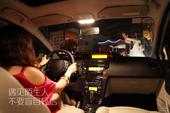 发生了什么情况?路边这俩个人招手干什么?在回家的路上遇到了陌生人在路边拦车,看样子很像他们的车抛锚了。但又没看到任何事故…小楠很不解。