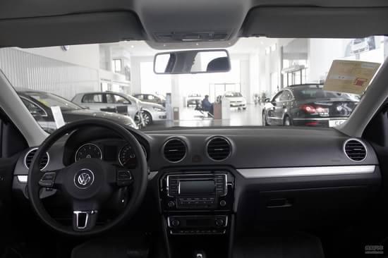 全新捷达整车尺寸为4487*1706*1470mm,轴距长为2603mm,后备箱容积为466L。全新桑塔纳侧面线条也继承了家族式的设计风格,流畅的腰线设计以及车门下方的凸起式设计,处处都体现出大众设计师们的设计精髓。反光镜依旧采用双色设计,连接车身与镜体的连接杆用以黑色涂装,镜体则与车身同色。   全新捷达内饰延续了大众简约设计风格,采用了大面积硬质塑料板材料,但是整体手感还不错。内饰整体采用了全黑设计,加上简单的镀铬装饰,车内整体充斥着运动风格。和老款车型相比,全新捷达的储物空间有了很大的提升,例