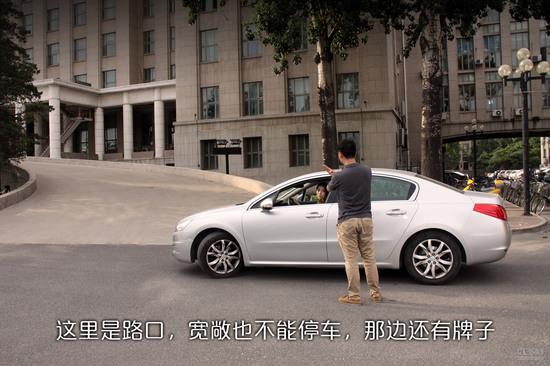 """""""那边不让车过了,咱们就把车停这里吧""""丹丹对阿标说。""""这里不让停车,正好守在了路口,我下车给你看看,咱们把车挺到划线区域吧。""""阿标说。"""