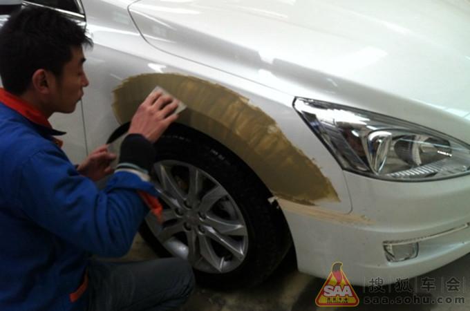 508珍珠白狮子右前翼子板钣金喷漆修护记