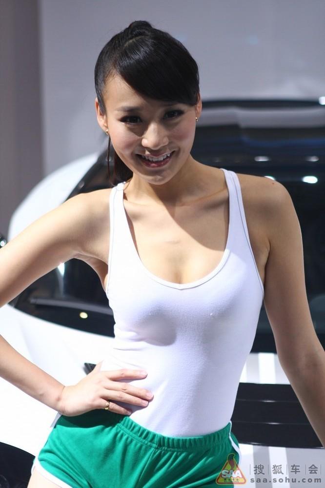 穿裤衩背心的车模;+美女穿透明裤衩的图片