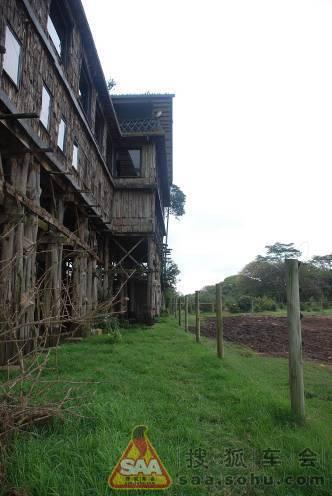 最初是建在一棵大树上,只有四个房间,造访的名人多了之后逐渐发展成